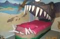 Кровать в пасти динозавра.