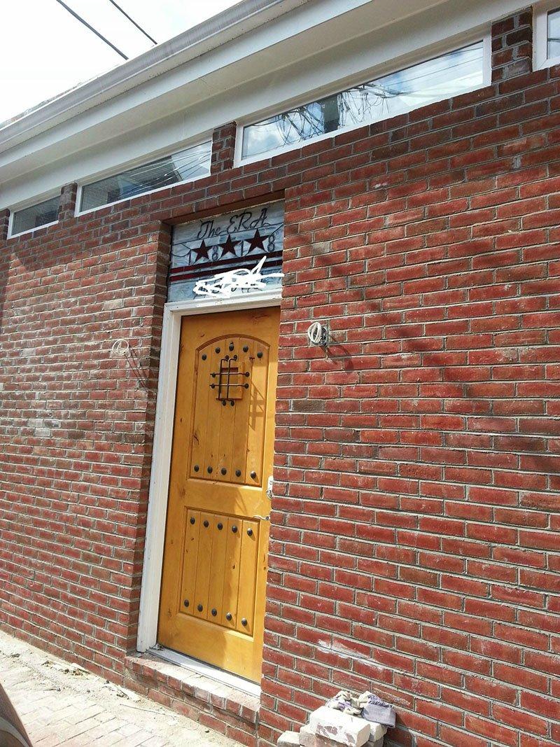 Квартира из гаража - переделка устанавливаем дверь
