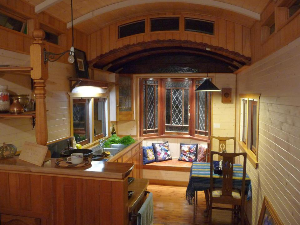 Уютная гостиная в жд вагончике