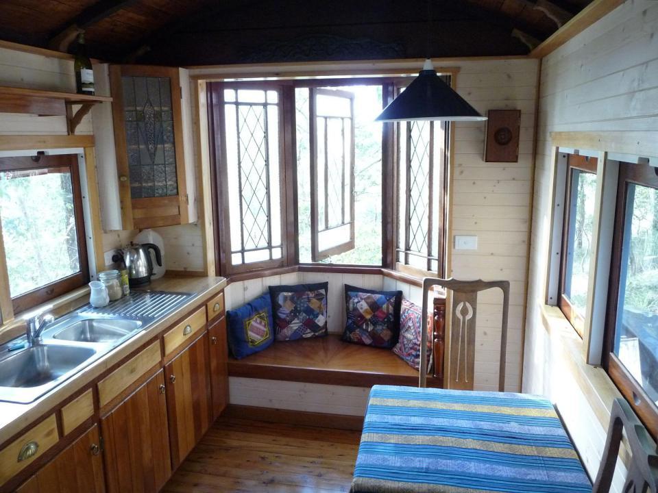 уютный домик из железнодорожного вагончика