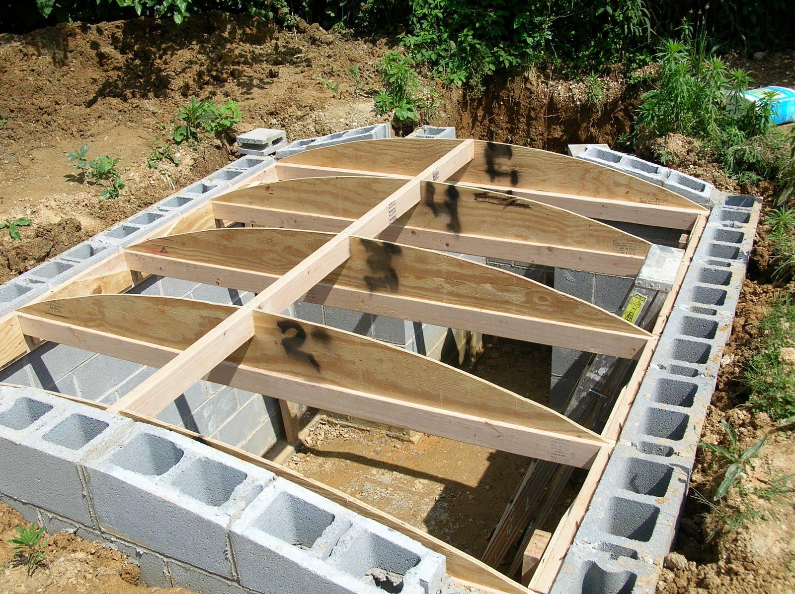 Установка крыши для погреба