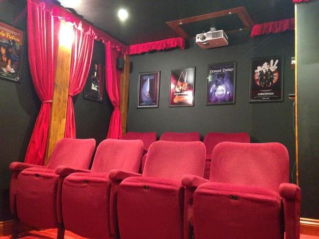 Маленький кинотеатр на своем участке!